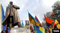 Открытие памятника лидеру Украинской повстанческой армии Степану Бандере. Львов, 14 октября 2007 года.