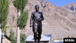 Памятник Шириншо Шотемуру в центре города Хорога