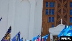 Траурна процесія виходить із Покровського собору, ініціатором та організатором спорудження якого був Василь Червоній