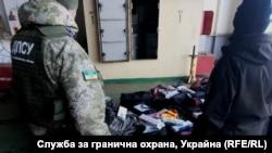 """Част от намерените от украинските граничари контрабандни цигари на борда на """"Героите на Севастопол""""."""