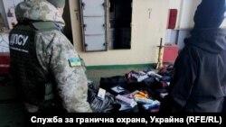 Частина контрабандних цигарок, знайдених українськими прикордонниками на борту «Героїв Севастополя»