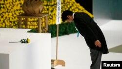 Japoni - Kryeministri i Japonisë Shinzo Abe përkulet para një memoriali kombëtar për viktimat e luftës në Tokio, 26 dhjetor, 2013