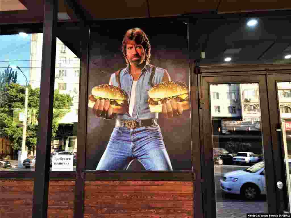Вы проголодались? Чак Норрис спешит на помощь! Он накормит вас гигантскими бургерами, а может, и возьмет на работу техничкой