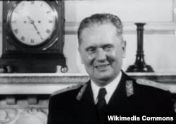 'Čerčil je, naravno, znao da je Tito komunista, da je u vezi sa Moskvom. Uprkos tome, prihvatio je Tita, pomagao ga, najpre vojno, onda i politički i omogućio taj prelazak preko regenstva da Tito (na fotografiji u Londonu 1953) postane predsednik kraljevske vlade.'