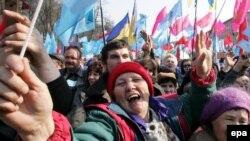 Приверженцы и противники правящей коалиции митингуют у зданий правительства и Верховной Рады