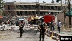 Сотрудники сил безопасности у территории посольства Германии. Кабул, 31 мая 2017 года.
