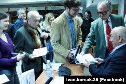 У черзі за автографами письменника Івана Корсака