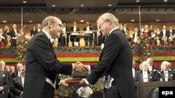 Мартти Ахтисаари Ослодо Нобел тынчтык сыйлыгын алып жатат