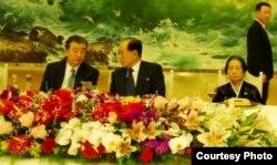 Ким Ен Нам (в центре), председатель президиума Верховного Народного собрания КНДР, Тен Иль Сим (Ирина Николаевна), гражданка России, вдова Героя КНДР Ан Дон Су, на поминальном ужине в честь похорон Ким Чен Ира. Пхеньян, 29 декабря 2011 года.