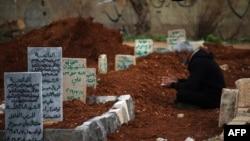 مرد سوری در حال سوگواری برای بستگانش