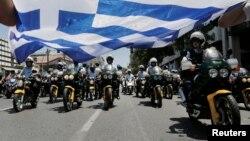 Протестен марш на општинските полицајци во Атина на 8 јули 2013.