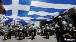 Муніципальні службовці вийшли на демонстрації проти бюджетних скорочень, їх супроводжує поліція, 8 липня 2013 року
