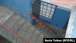 Жаңаөзен оқиғасы туралы Saule540 видеосы түсірілді деген 33-үйдің баспалдағы. Жаңаөзен, 10 желтоқсан 2012 жыл.
