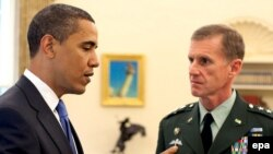 U.S. President Barack Obama (left) meets with Lieutenant General Stanley McChrystal at the White House.