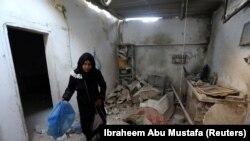 رسانههای فلسطینی میگویند، یک زن باردار، شوهر و نوزادشان در بمباران اردوگاه نصیرات در مرکز باریکه غزه کشته شدند.