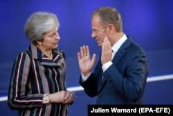 Дональд Туск розмовляє з тодішнім прем'єр-міністром Великої Британії Терезою Мей, 19 жовтня 2018 року