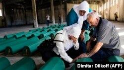 Боснийская семья оплакивает останки родственника, 2015