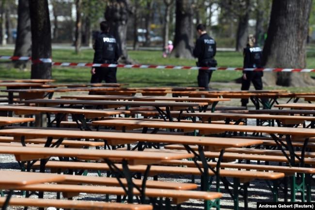 Полицейский патруль у закрытого для посетителей пивного сада в Мюнхене