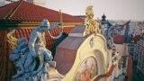 Пожарникар спасява жена от златните пламъци на покрива на старата пражка застрахователна компания на Стария площад в столицата на Чехия. Драматичната скулптура е една от последните завършени творби на Бохуслав Шнирх преди смъртта му през 1901 г.