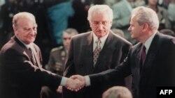 Predsjednik Predsjedništva BiH Alija Izetbegović (L) se rukuje sa predsjednikom Srbije Slobodanom Miloševićem (D) na početku pregovora u Deytonu dok između njih stoji predsjednik Hrvatske Franjo Tuđman, 1. novembar 1995. godine