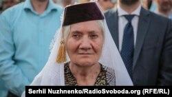 Жена в традиционна дреха на кримските татари е излязла на улицата в Симферопол, за да вземе участие в събитията в памет на депортираните през 1944 г.