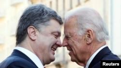 Poroshenko dhe Biden (djathtas) gjatë takimit të tyre të sotëm në Kiev