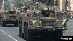 Армения - Баллистические ракеты 9K72 (Scud-B) во время военного парада на площади Республики в Ереване (архив)