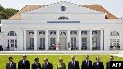 رهبران هشت کشور صنعتی جهان در برابر محل برگزاری نشست