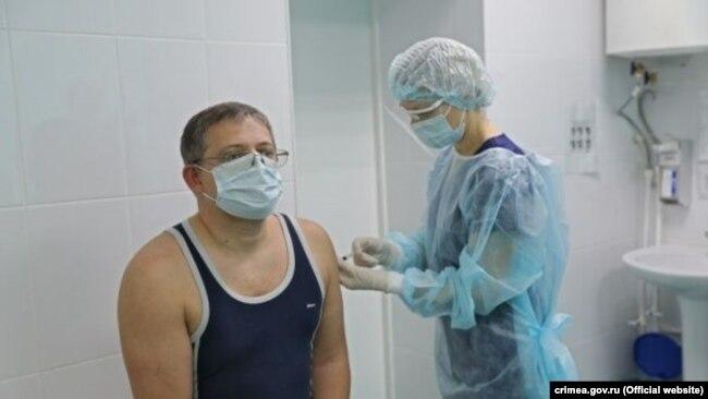 Вице-спикер российского парламента Крыма Владимир Бобков прививается российской вакциной от коронавируса, 23 января 2021 года