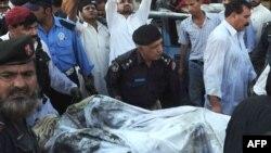 نیروهای امنیتی پاکستان پس از حمله انتحاری در پیشاور.