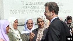 В 15-ю годовщину событий в Сребренице Серж Браммерц полдня провел, общаясь с теми, кто пережил эту трагедию