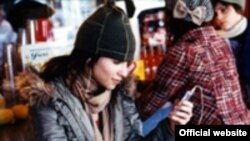 Девушка с iPod Компания Apple Computer продвигает свой самый быстро развивающийся сервис iTunes на всех возможных площадках
