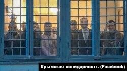 Moskvada narazılıq aktsiyasını keçirgen qırımtatarları politsiya bölüginde, 2019 senesi iyülniñ 12-si