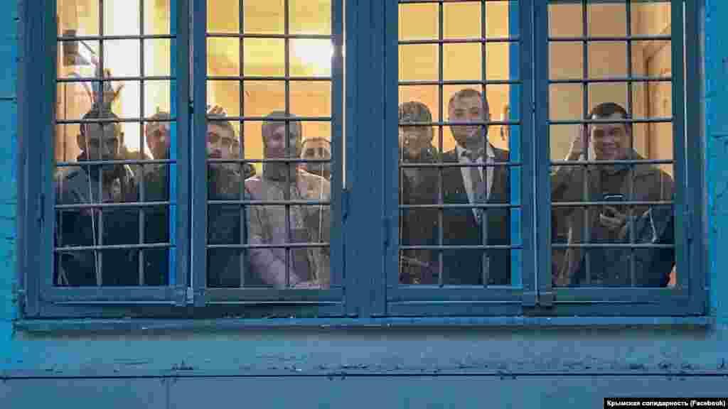 Кримські адвокати Ліля Гемеджи, Едем Семедляєв та Еміль Курбедінов разом із кримськими татарами, затриманими під час акції солідарності із засудженими у першій Бахчисарайській «справі Хізб ут-Тахрір» біля Верховного суду Росії в Москві