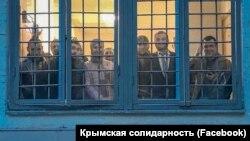 Кримські татари, затримані під Верховним судом Росії, у відділку поліції разом із кримськими адвокатами. Москва, 12 липня 2019 року
