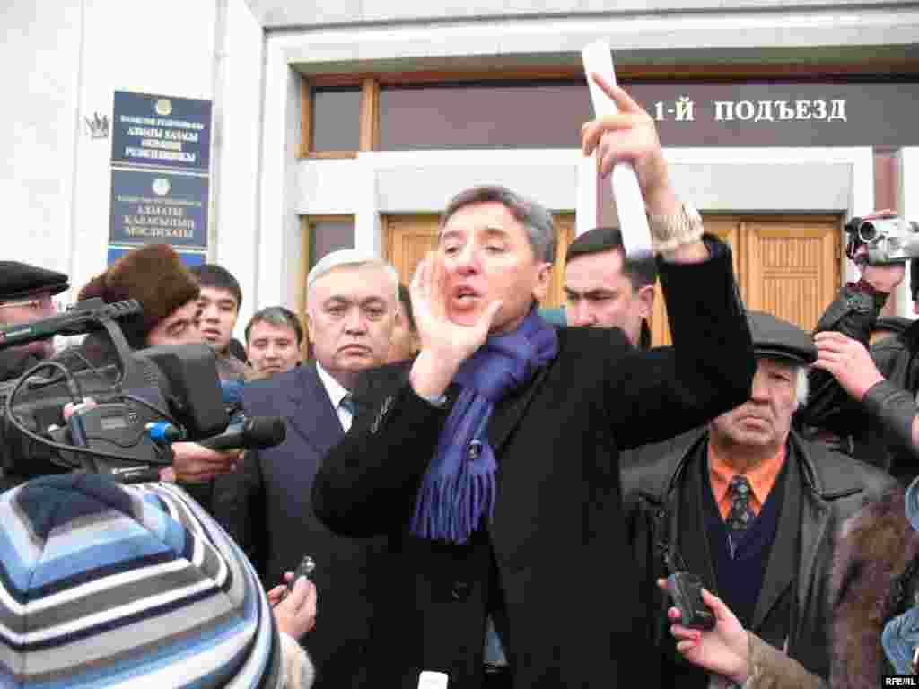 Лидер оппозиции Болат Абилов выступает на акции протеста перед городским акиматом. Алматы, 19 декабря 2008 года. - Лидер оппозиции Болат Абилов выступает на акции протеста перед городским акиматом. Алматы, 19 декабря 2008 года.