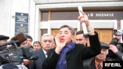 Оппозиция басшысы Алматы әкімдігінің алдында наразылық жиында сөз сөйлеп тұр. Алматы, 19 желтоқсан 2008 жыл.
