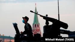 Проезд военной техники перед репетицией парада Победы в Москве.