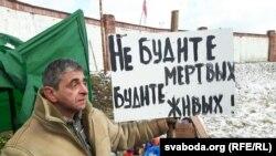Актывіст Леанід Кулакоў у Курапатах