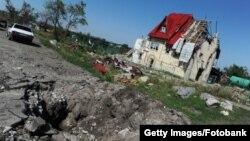 Кратер от снаряда в районе Симоновка, Восточная Украина