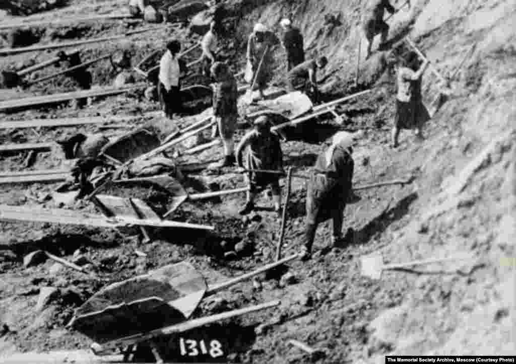 Female prisoners work with shovels and wheelbarrows at an excavation site at Belomorkanal in 1932.