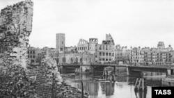 Екінші дүниежүзілік соғыс аяталар кезде түсірілген суреттегі Кенигсберг қаласының қираған ғимараттары.