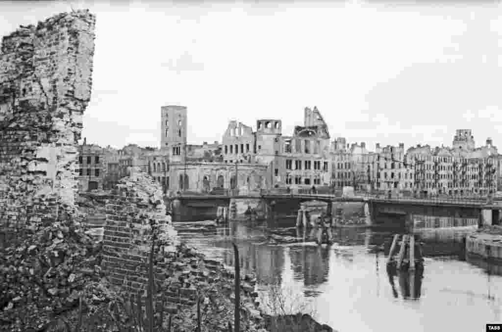 Кьонигсберг след войната Много експерти, които са изследвали съдбата на Кехлибарената стая, вярват, че безценните панели са били унищожени в огнената буря, която е опустошила голяма част от града, но продължава да се носи слух, че бягащите германци са пренесли ламперията на Кехлибарената стая на борда на параход.