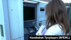 Женщина у банкомата. Алматы, 21 июня 2013 года.