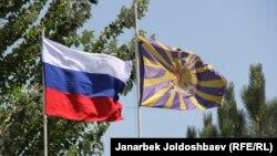 Канттагы авиабазадагы ЖККУ менен Орусиянын желеги. 12-август, 2012-жыл.