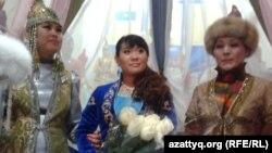 Лондон олимпиадасының чемпионы Майя Манезаны (ортада) ұзату тойы. Алматы, 27 сәуір 2013 жыл.