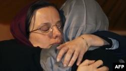 سارا شورد مادرش نورا شورد را در آغوش گرفته است. عکس مربوط به دیدار خانواده های کوهنوردان از ایران است.
