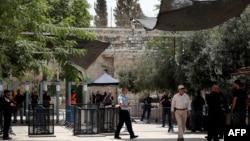 Al-Aksa metjidiniň girelgesi, Ierusalim, 23-nji iýul, 2017