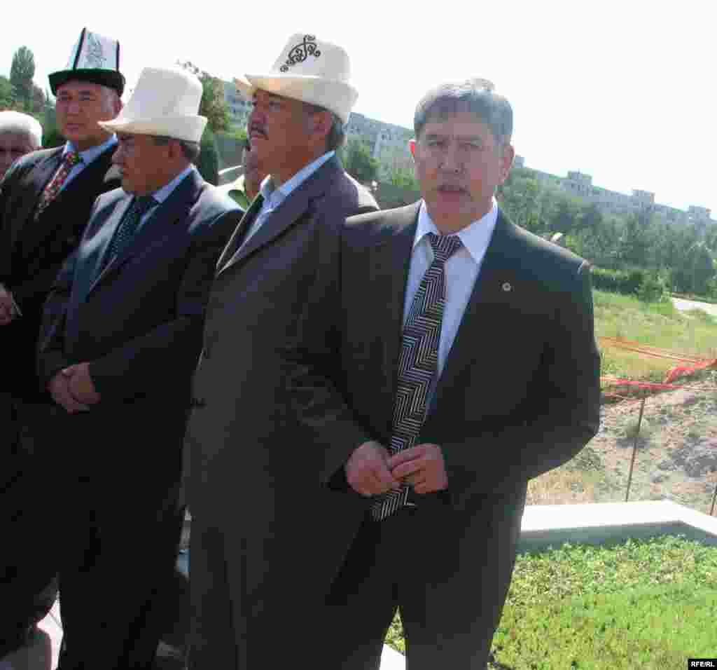 """""""Жаңы Кыргызстан"""" партиясынын төрагасы Үсөн Сыдыков Д. Садырбаевдин мамлекетке сиңирген эмгегин баса белгиледи. - Kyrgyzstan - Memorial Meeting of Dooronbek Sadyrbaev, The Late Former MP, Filam Director.30May2009"""