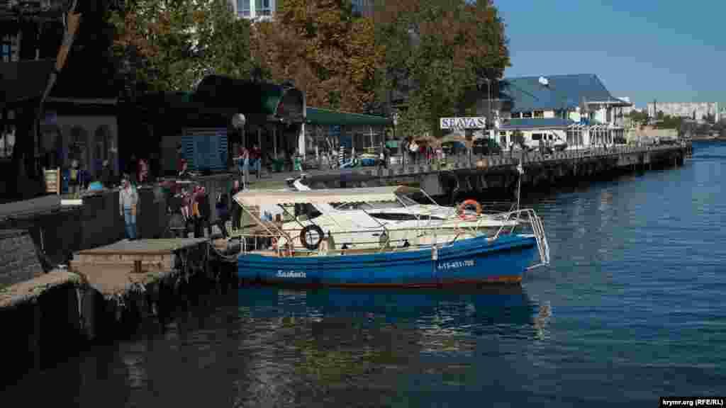 Артбухта – одне з найжвавіших місць міста. На набережній є кафе і бари, а біля поромного причалу – дерев'яний пірс, де приємно посидіти
